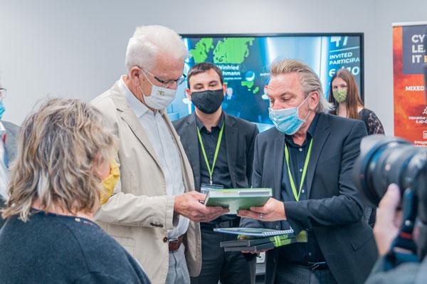 03.09.2020 | Ministerpräsident Kretschmann zu Besuch in unseren digitalen Hallen